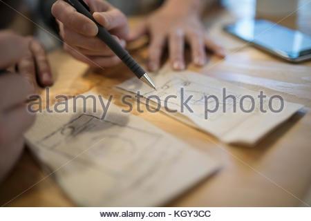 Close up creative designers lancer des idées sur des serviettes Banque D'Images
