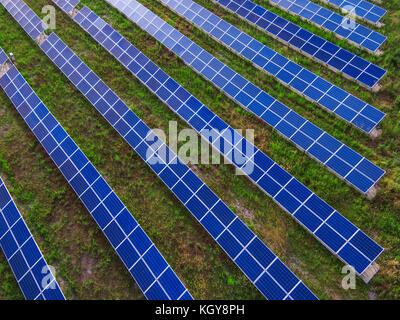 Power Plant à l'aide d'énergie solaire renouvelable avec Sun Banque D'Images