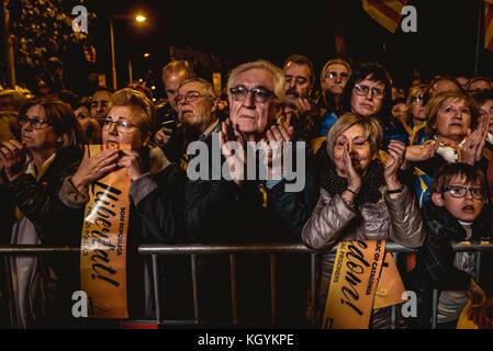 Barcelone, Espagne. 11Th nov 2017. catalan séparatistes sont profondément triste que des proches de l'ancien emprisonné 8 membres du gouvernement catalan d'expliquer leurs expériences au cours d'une protestation de masse réclamant la libération. crédit: Matthias rickenbach/Alamy live news