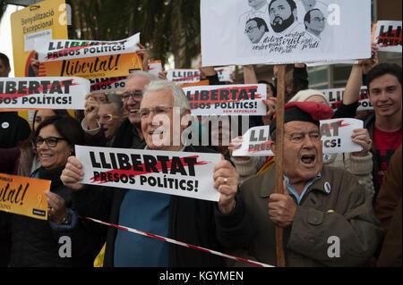 Barcelone, Espagne. 11 novembre 2017. Les associations de mouvements indépendantistes et les partis politiques ont appelé à une marche pour protester contre les détentions de prison du gouvernement catalan évincé. Credit: Charlie Perez/Alay Live News
