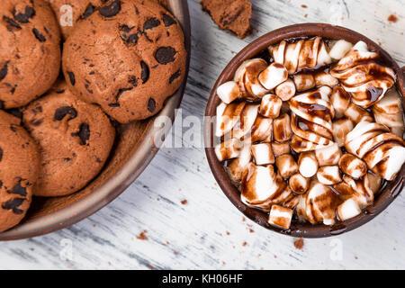 Chocolat chaud avec de la guimauve et chocolat cookies. télévision lay Banque D'Images