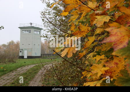 Hötensleben, Allemagne - le 9 novembre 2017: une ancienne tour de garde-frontières de la RDA à la frontière Hötensleben Banque D'Images
