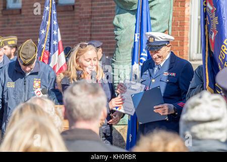 """Glen Cove, United States. Nov 11, 2017. Veteran's Day des cérémonies sont organisées chaque année à la partie """"oughboy' Banque D'Images"""