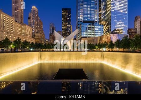 L'Amérique du miroir d'eau au crépuscule lumineux avec vue sur le World Trade Center Tower 3 et 4 et de l'Oculus. Banque D'Images