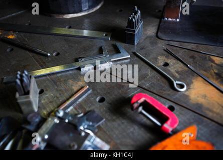 Outil de travail en coulisse.shop shop outils métal soudeur pour soudure et fabrication de matériaux en acier.ingénieur professionnel outils à l'usine pour metalw