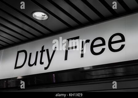 Duty free shop inscrivez-vous à l'intérieur d'un aéroport international Banque D'Images