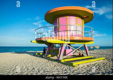 Lifeguard tower colorés sur Miami Beach, Floride Banque D'Images
