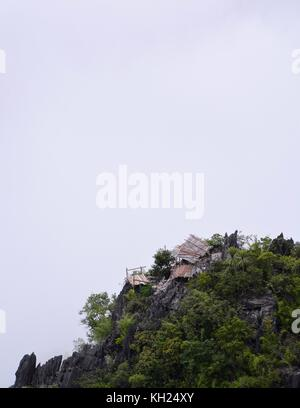 Cabane à flanc au-dessus de la vallée de la nam ou à nong khiaw, Laos Banque D'Images