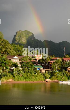 Les arcs-en-ciel au-dessus de nong khiaw, Laos, en début de soirée la lumière Banque D'Images