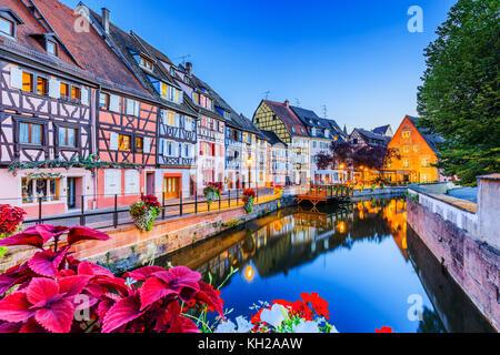 Colmar, Alsace, France. Petite Venise, canal de l'eau et maisons à colombages traditionnelle. Banque D'Images