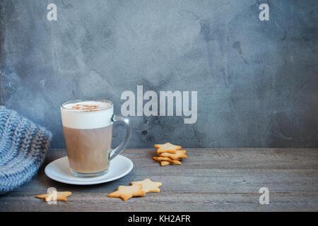 Café latte d'hiver avec star shaped Christmas Cookies et écharpe. Noël et vacances d'hiver toujours confortable Banque D'Images