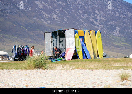 Location de surf sur une plage de quille avec combinaisons et planches de surf, l'île d'Achill, Comté de Mayo, Irlande