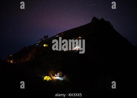 Ciel de nuit avec des tentes rougeoyant Indonésie Lombok Rinjani vulcano Banque D'Images