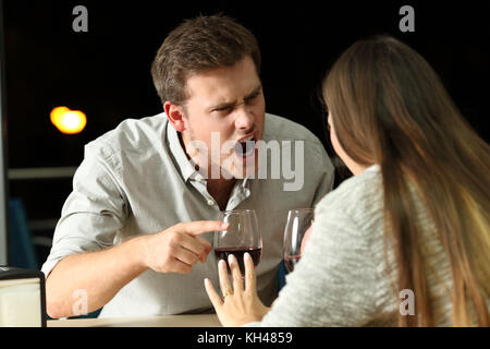 Angry couple arguing furieusement dans un bar de nuit