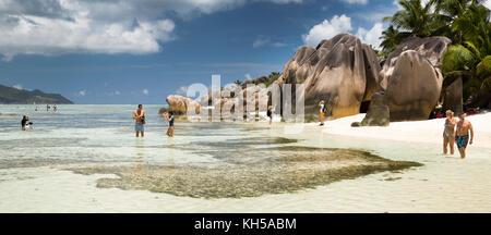 Les Seychelles, La Digue, L'Union Estate, touristes sur Anse Source d'argent beach, vue panoramique Banque D'Images