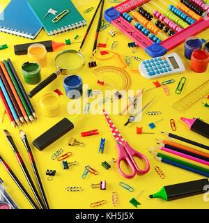 Grand choix de matériel scolaire sur fond jaune. vue d'en haut. Banque D'Images