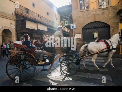 Promenade en calèche sur le ponte Vecchio, Florence, Italie Banque D'Images