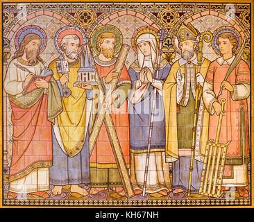 Paris, France - 15 septembre 2017: le carrelage de mosaïque d'apôtres et de saints dans l'église All Saints conçu Banque D'Images