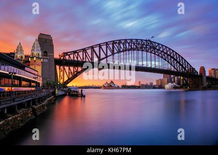 Harbour Bridge et l'Opéra de Sydney au lever du soleil, Milsons Point, Sydney, New South Wales, Australia Banque D'Images