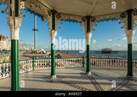 Une vue de la jetée de Brighton kiosque vers l'ouest et je360 Tower, East Sussex, Angleterre.