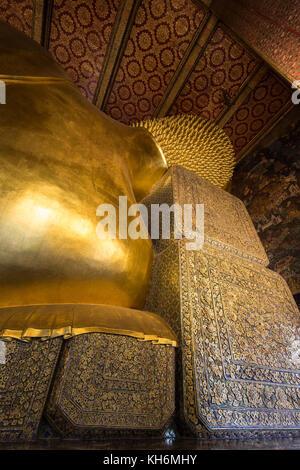 Torse de la célèbre statue de bouddha couché le Wat Pho (po) complexe des temples de Bangkok, Thaïlande, vu de derrière. Banque D'Images