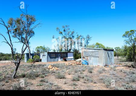 Cabane dans les champs de l'Opale verte le long de la porte de la voiture d', Lightning Ridge, New South Wales, Banque D'Images