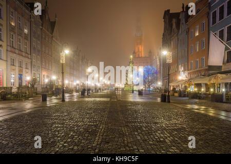 Paysage brumeux. nuit au marché médiévale longue (rue Dlugi Targ) à Gdansk. Pologne.