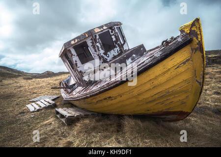 Vieux bateau de pêche dans l'Westfjords, Islande