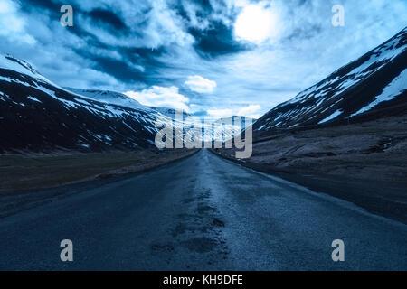 Route de lune dans Sudureyri, Westfjords, Islande