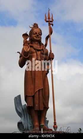Grand bassin, ile Maurice, dieu hindou statues autour du lac sacré sont une attraction touristique sur l'île de Banque D'Images