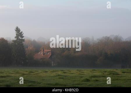 Ashford, Kent, UK. 15 Nov, 2017. Dans le brouillard ce matin. Kent rural Ce petit village près de Ashford est entouré Banque D'Images