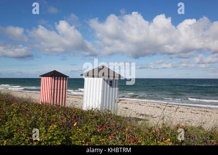Cabines colorées sur la plage de galets avec une mer bleue et le ciel avec des nuages, rageleje, le Kattegat, la Banque D'Images