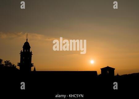 Coucher du soleil chaud au-dessus d'un monastère à santiago de compostela (Galicia, e). l'ossature des bâtiments Banque D'Images