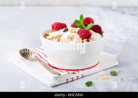 Petit-déjeuner sain avec granola et fruits rouges Banque D'Images