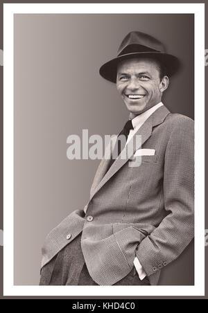 FRANK SINATRA PORTRAIT INFORMEL des années 1950 ton RVB noir et blanc Francis Albert Sinatra 12 décembre 1915 – 14 mai 1998 était un chanteur, acteur et producteur américain qui était l'un des artistes musicaux les plus populaires et influents du XXe siècle. Il est l'un des artistes de musique les plus vendus de tous les temps, ayant vendu plus de 150 millions de disques dans le monde entier. Né à Hoboken, dans le New Jersey, d'immigrants italiens, Sinatra a commencé sa carrière musicale à l'époque de l'oscillation avec les bandleaders Harry James et Tommy Dorsey.