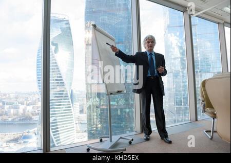 L'homme d'affaires d'âge mûr, fait une présentation Banque D'Images
