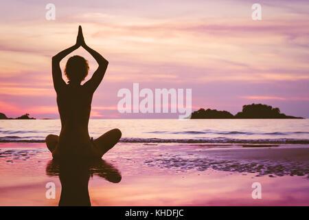 Belle arrière-plan, la méditation de yoga sur la plage Banque D'Images