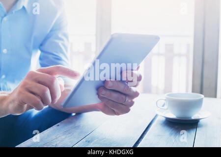 Les gens à l'aide de technologies, Close up of male hands with digital tablet device