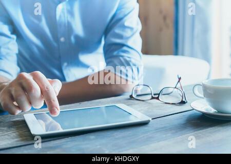 Man using digital tablet computer, Close up de la main, du commerce et de la technologie contexte with copy space