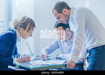 L'équipe d'affaires travaillant à l'élaboration de projets de démarrage, groupe de personnes en réunion bureau lumineux Banque D'Images