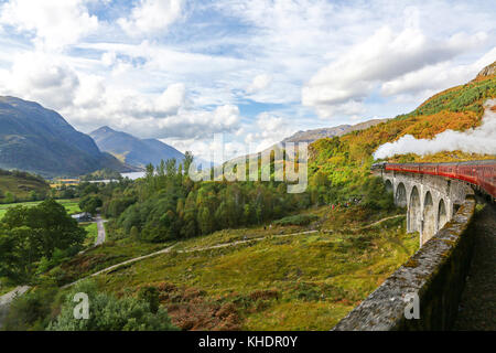 Photo prise à partir de l'enregistrement Jacobite steam train passant sur le viaduc de Glenfinnan sur la West Highland Banque D'Images