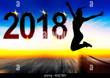 Célébration de la nouvelle année 2018 silhouette de jeune femme sautant en haut Banque D'Images