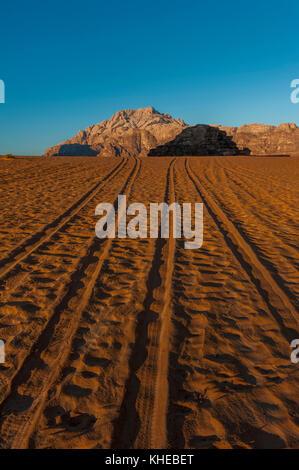 Les traces de pneus dans le désert de Wadi Rum, Jordanie, Moyen-Orient Banque D'Images