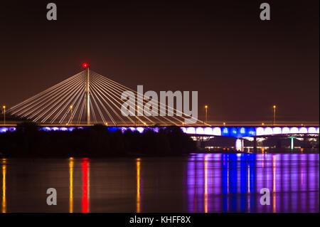 Nuit panorama de swietokrzyski pont sur la Vistule au centre de Varsovie, Pologne Banque D'Images