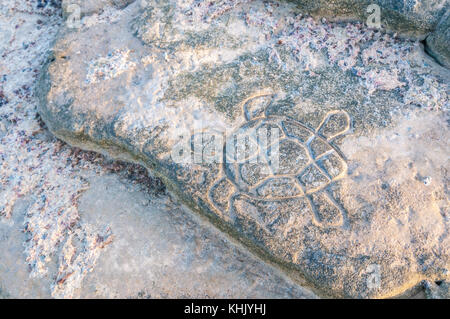 Tortue de mer sculptée sur un rocher de la plage, La Graciosa, îles de Canaries, Espagne Banque D'Images