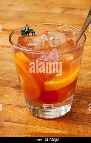 Old Fashioned classique verre à cocktail. Couleur Orange, boisson de l'alcool figure miniature vieil acteur comic Banque D'Images