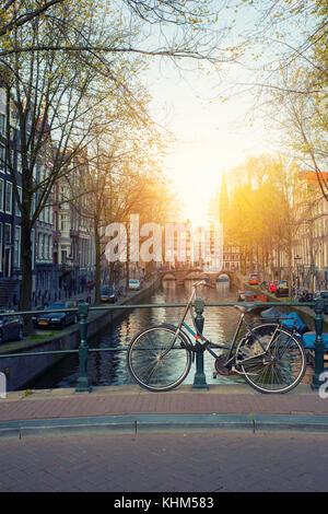 Location sur le pont avec les Pays-Bas maisons traditionnelles et d'un canal à Amsterdam à Amsterdam, Pays-Bas. Banque D'Images