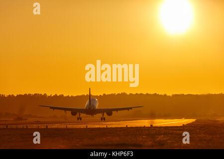 Locations de vacances billet d'avion aéroport d'atterrissage d'avions volant avion coucher de soleil Banque D'Images