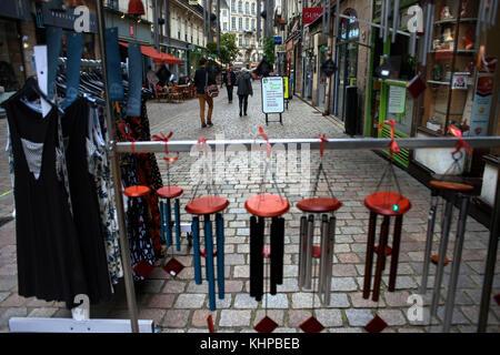 Boutiques dans l'ancienne ville ville de Nantes, Loire Atlantique, France. Banque D'Images