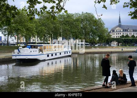 Les jeunes se détendre devant un canal saint Félix, Nantes, Loire Atlantique, France. dans l'arrière lieu unique, Banque D'Images